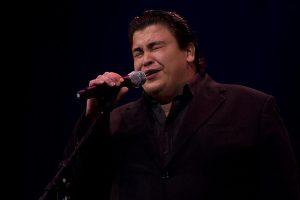 O fadista, Ricardo Ribeiro, atua no palco do grande auditório do CCB